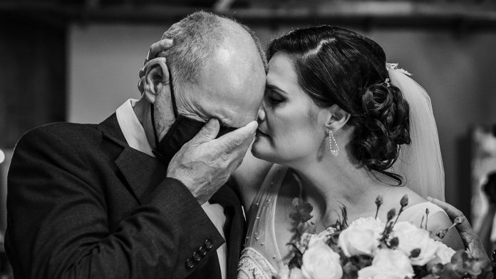 25 eye-catching wedding photos that will beautifully capture love this year
