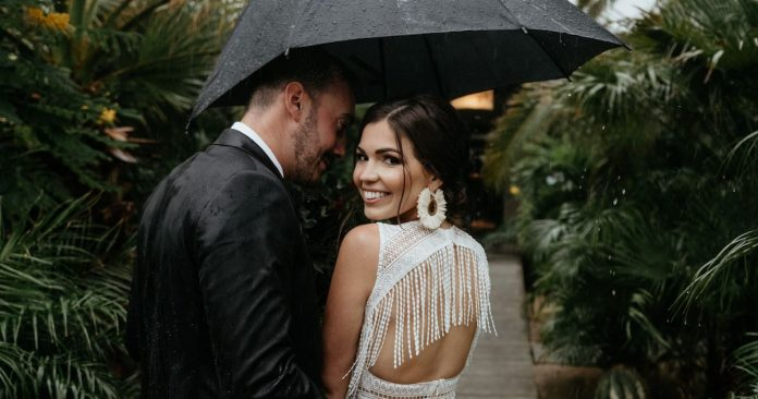 14 Wedding Photos To Prove Rain On Your Big Day Are No Big Deal
