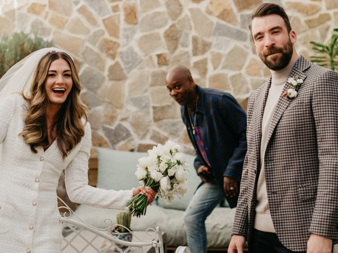<p>Dave Chappelle photobombs a Texas couple's 'first look' wedding photos</p>